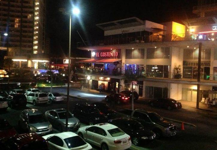 Una persona fue herida con un arma de fuego en la plaza Solare, de Cancún. (Foto: Contexto)