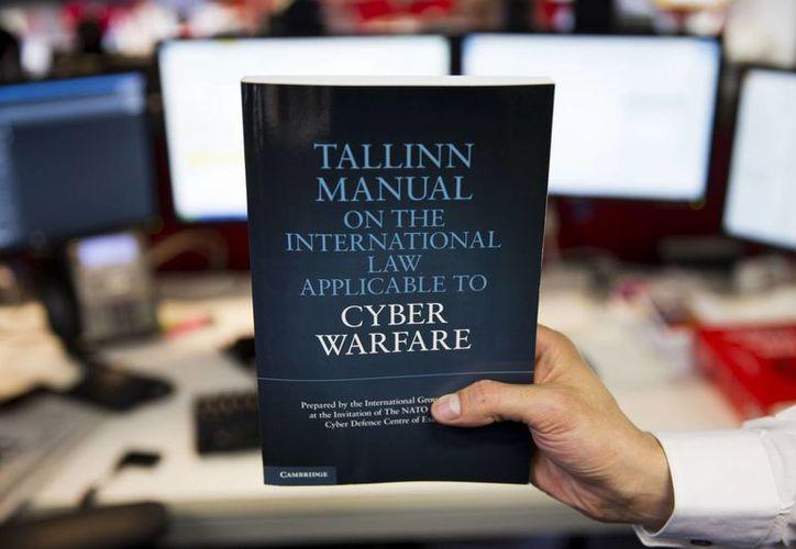 Una copia de El Manual Tallinn. Las normas de derecho internacional son tan válidas para las armas cibernéticas como para cualquier otra arma. (Agencia)