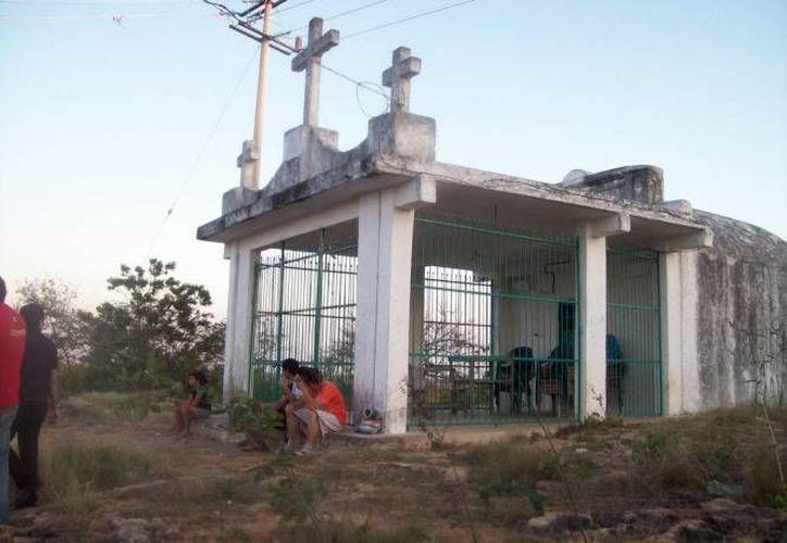 Las leyendas mayas, sobre todo paranormales, han vuelto a estar de moda entre las personas europeas. En la foto, capilla del Cerro de las Tres Cruces, donde algunas personas dicen haber visto el alma en pena de una bruja llamada Monia. (Milenio Novedades)