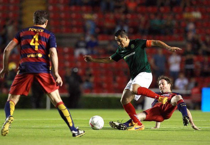 Miguel Zepeda hace un quiebre durante el partido amistoso ganado por Leyendas de México a Leyendas del Barcelona. (Fotos: Notimex)