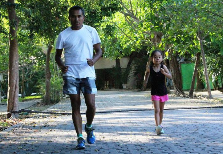 El campeón mundial de marcha en la especialidad de 20 kilómetros de marcha, Daniel García visitó Playa del Carmen. (Octavio Martínez/SIPSE)