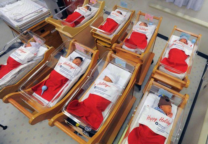 Recién nacidos duermen en medias gigantes de Santa Claus elaboradas para ellos en el Centro Médico Long Beach Memorial de California. (Agencias)