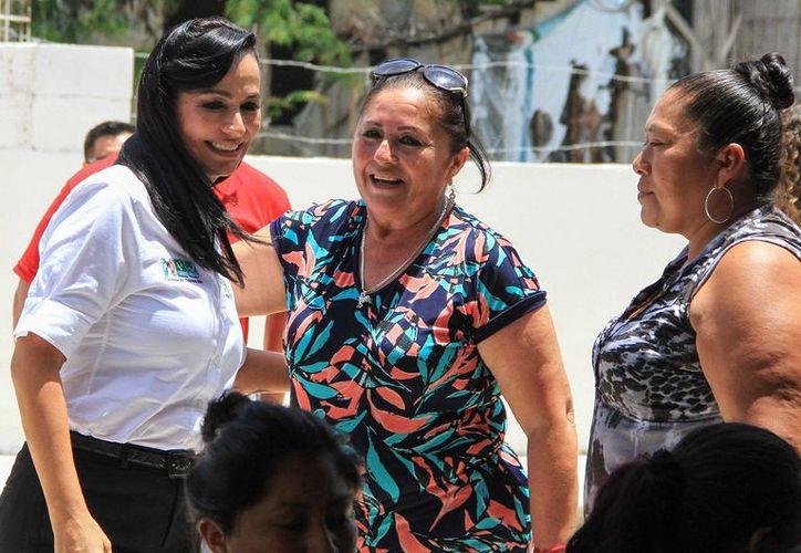 'Saben que soy una mujer de palabra que sabe cumplir sus compromisos', comento la candidata a la presidencia municipal de Puerto Morelos, Laura Fernández. (SIPSE)