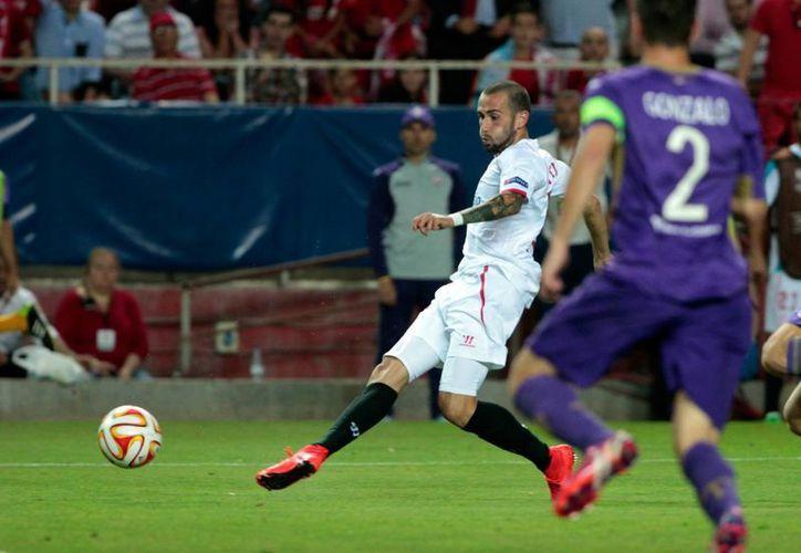 Aleix Vidal al momento de anotar su segundo gol en partido de ida de semifinal de la Liga Europa ganado 3-0 por Sevilla a Fiorentina. (Foto: AP)