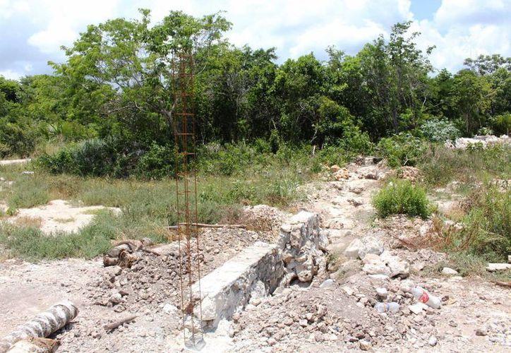 En el acceso a la zona donde está el cenote, se observa la construcción de una barda que la semana pasada no estaba.  (Daniel Pacheco/SIPSE)