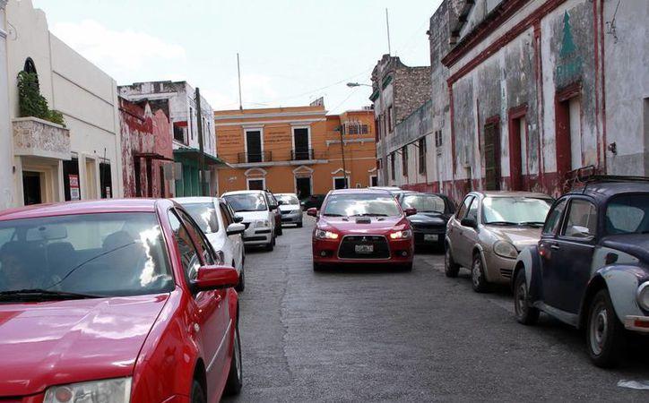 Muchos aparcan en calles del Centro Histórico por ser zona de trabajo. (Jorge Acosta/Milenio Novedades)