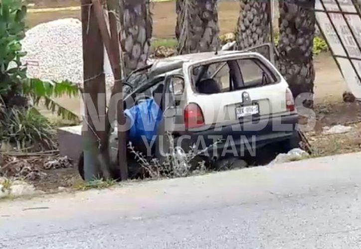 La mujer que conducía el Chevy falleció en el lugar de los hechos debido al golpe que recibió tras estrellarse contra la estructura de metal. (Novedades Yucatán)