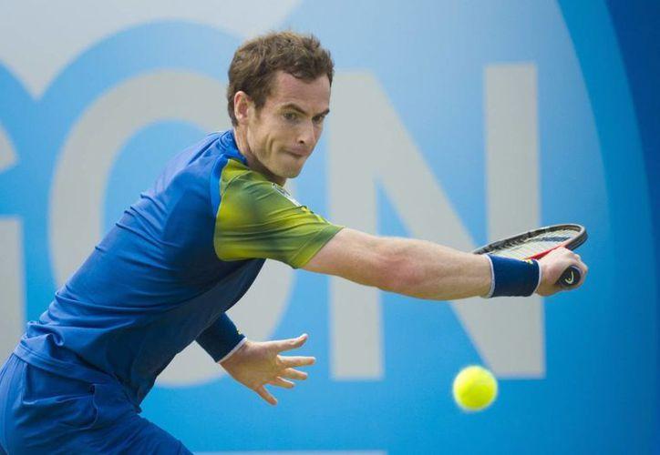 El británico Andy Murray devuelve la bola al croata Martin Cilic durante la final del torneo de Queen's en Londres, Reino Unido. (EFE)