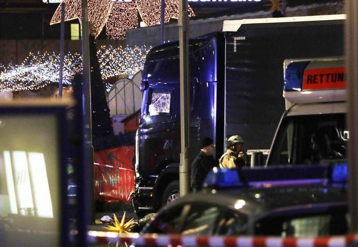 Imagen del vehículo impactado en un concurrido mercado navideño en el centro de Berlín, Alemania. (AP/Michael Sohn)