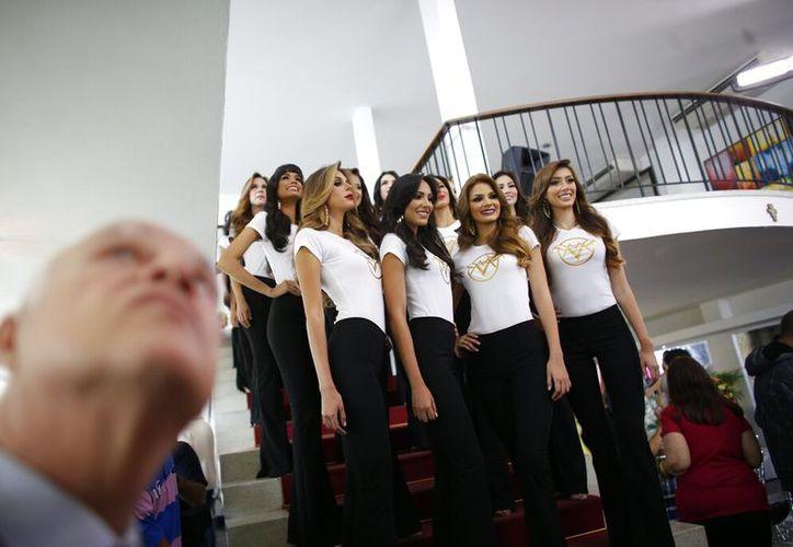 En esta foto del 13 de junio del 2019, aspirantes al Miss Venezuela 2019 posan durante su presentación a la prensa en Caracas. La nueva Miss Venezuela será coronada la noche del jueves 1 de agosto del 2019, en medio de la grave crisis económica y política de la nación suramericana. (AP Foto/Ariana Cubillos, Archivo)