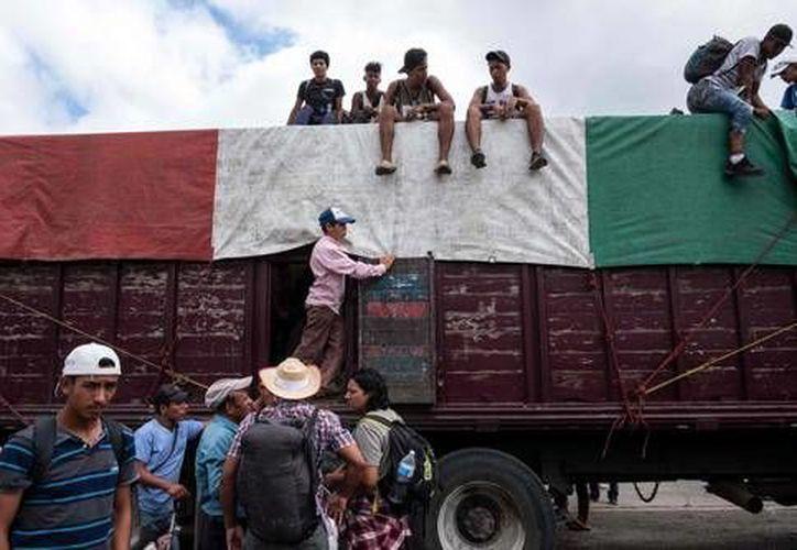 El organismo señala que por la desesperación de transporte que padecen los migrantes, estos pueden caer en las garras del crimen organizado. (La Jornada)