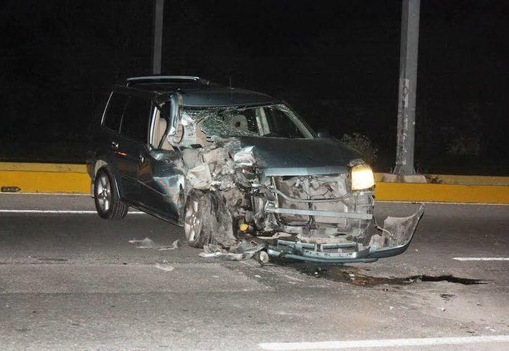 El vehículo X'trail quedó desbaratado del frente al chocar contra un tráiler a la altura de Conkal. (Milenio Novedades)