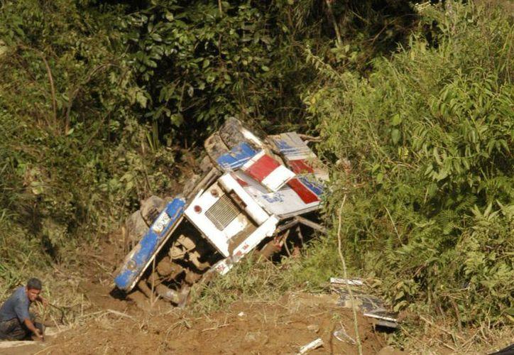 El ómnibus de la empresa Ticllas cayó al precipicio a la altura del sector Milpo, en el distrito de Colcabamba, en la provincia de Tayacaja. (Imagen de archivo/EFE)