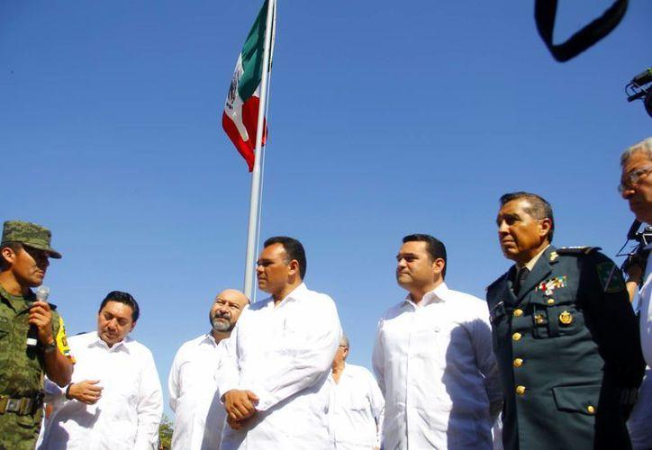 Autoridades civiles y militares, durante la ceremonia conmemorativa. (Juan Albornoz/SIPSE)