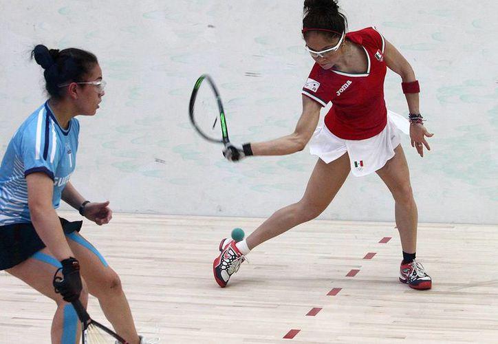 La mexicana Paola Longoria (d) no encontró quien la venciera, ni dentro de la Selección Mexicana ni fuera de ella en los Juegos Centroamericanos. (conade.gob.mx)