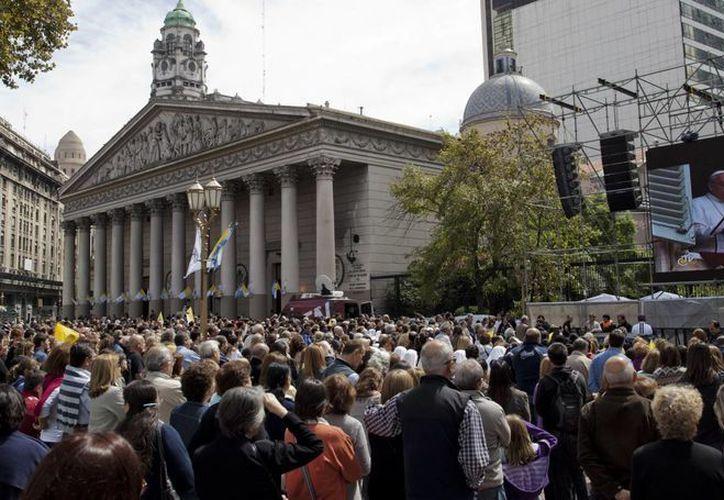 Miles de personas se reunieron frente a la Catedral de Buenos Aires para escuchar el primer Angelus de Jorge Bergoglio. (Agencias)