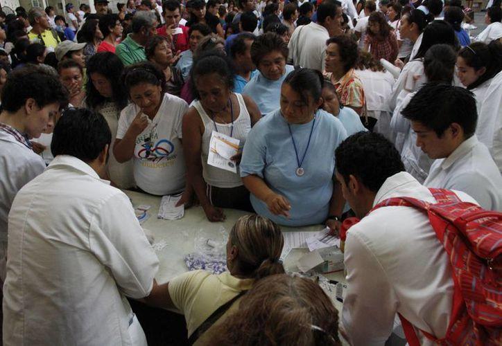 Los servicios se brindaron de forma gratuita y los cancunenses pudieron realizarse exámenes de glucosa y colesterol, entre otros. (Tomás Álvarez/SIPSE)