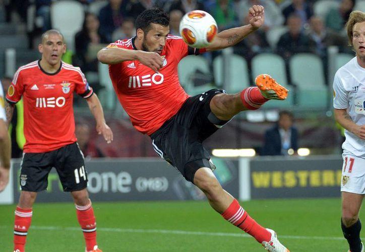 Ezequiel Garay, del Benfica, en una jugada en la final Sevilla-Benfica en el estadio Juventus en Turín, Italia. (AP)