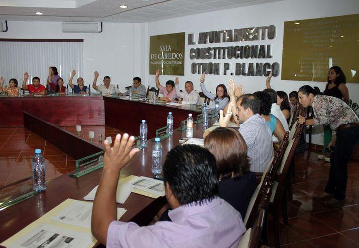 Aprueba el cabildo de Othón P. Blanco presupuesto de egresos 2013 por 598 millones 438 mil 96 pesos con 32 centavos. El voto fue unánime por los 14 regidores, presidente municipal y síndico. (Ernesto Neveu/SIPSE)