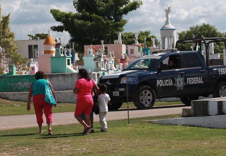 Al tiempo que este martes se realizarán diversas misas en cementerios de Mérida, las autoridades policiacas intensificarán sus operativos de vigilancia. (SIPSE)