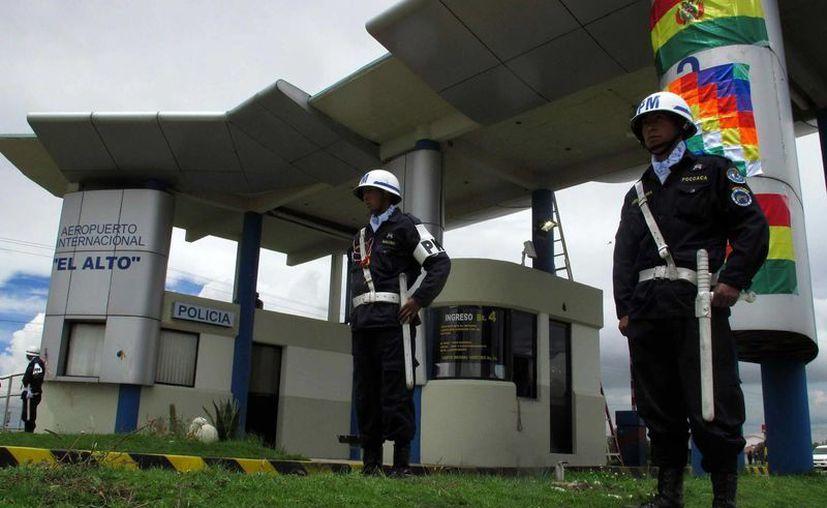 Soldados bolivianos custodian el ingreso al aeropuerto internacional de El Alto administrada por Sabsa. (EFE)
