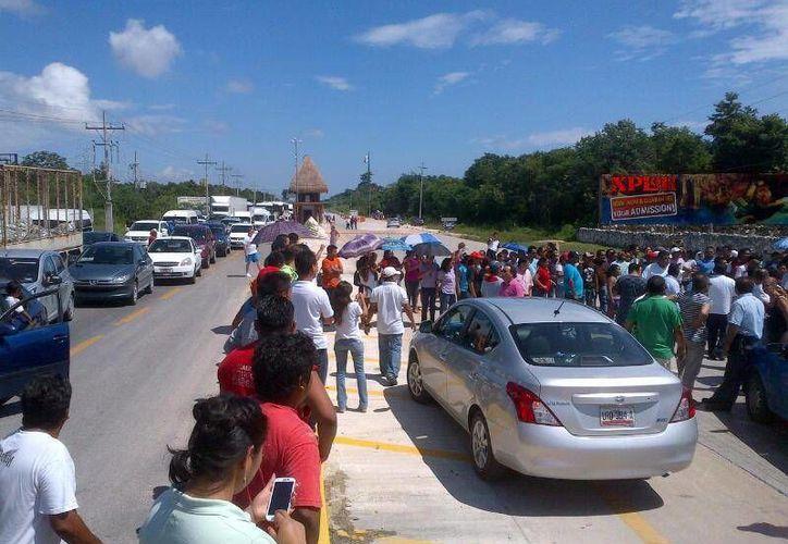 El cierre de ambos carriles provocó que el tránsito fluyera lento. (Twitter/@silviareyesva)