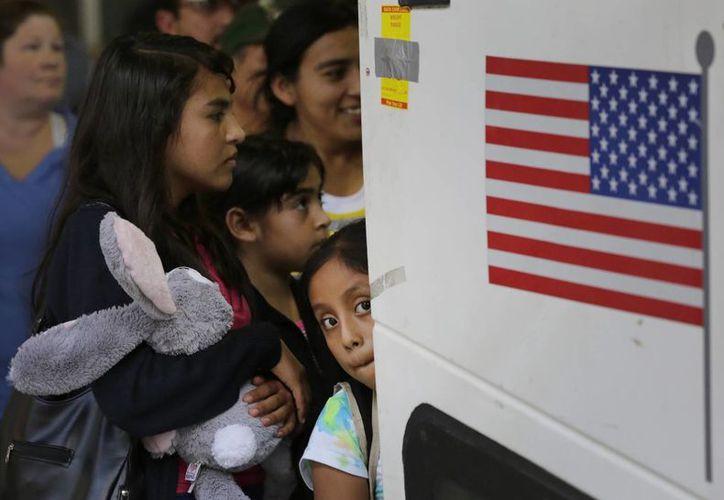 Al menos una cuarta parte de los inmigrantes retenidos en Texas fueron liberados este fin de semana por orden de un juez. (Archivo/The Associated Press)