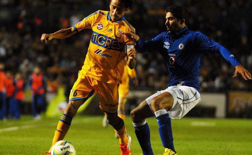 La nueva playera de Tigres fue presentada en el marco del partido amistoso contra Cruz Azul, en Monterrey. (Notimex)