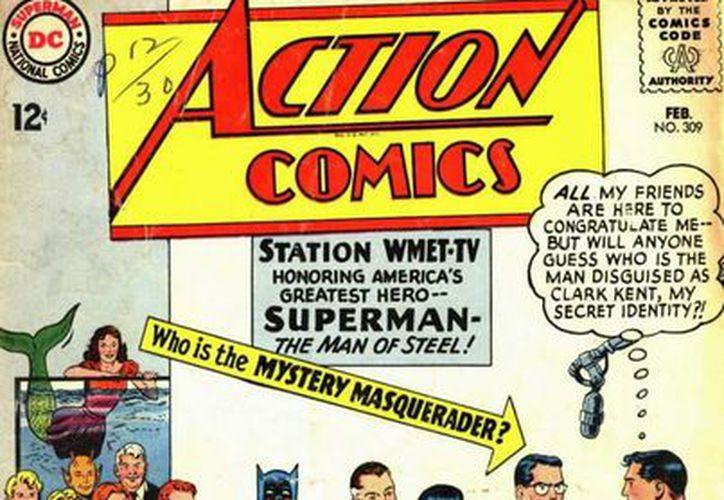 """En la portada aparece Superman estrechando la mano de Clark Kent y una leyenda le pregunta al lector: """"¿Quién es el enmascarado misterioso?. (Internet)"""