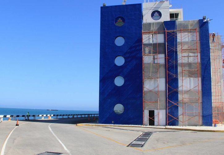 Uno de los proyectos de la API es la construcción de un centro comercial que estará ubicado a la orilla de la playa, junto al edificio de la Aduana. (Milenio Novedades)