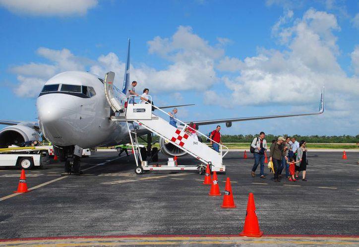 El avión que trazará una ruta desde Monterrey a Mérida y posteriormente a Cozumel. (Gustavo Villegas/SIPSE)