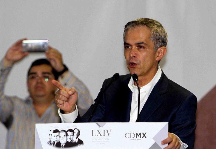 Miguel Ángel Mancera Espinosa dijo que en un inicio se tendrán disponibles 10 mil matrículas vehiculares para escoltas. (Notimex)