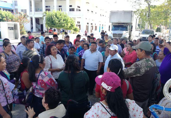 Los integrantes del comité entregaron el documento a las autoridades. (Daniel Tejada/SIPSE)