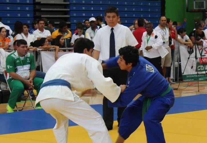 Emilio Santamaría (der), de menos de 66 kg., obtuvo el bronce. (Milenio Novedades)