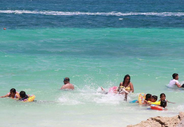 La calidad del agua en los arenales de Cancún  es apta para la actividad turística. (Tomás Alvarez/SPSE)