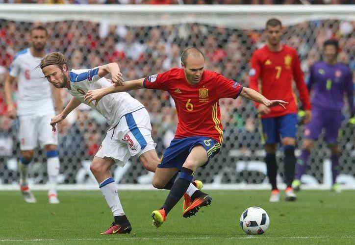Andres Iniesta intentará guíar a la selección de España a su segunda victoria este viernes frente a Turquía. (AP)