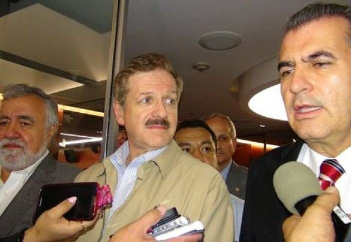 Los senadores Alejandro Encinas (i), Juan Carlos Romero y Miguel Ángel Chico dijeron estar satisfechos con el avance de la negociación. (Milenio)