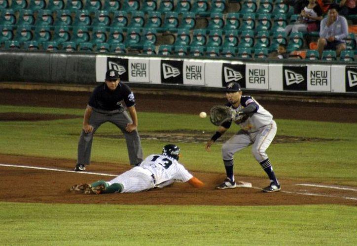 Leones de Yucatán derrotó 5-4 a Rieleros de Aguascalientes en la serie que se juega en el parque Kukulcán, en Mérida. (César González/Milenio Novedades)