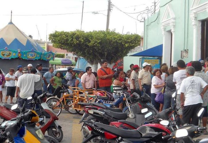 Decenas de trabajadores se forman afuera de Tesorería en Progreso para recibir su aguinaldo. (Manuel Pool/SIPSE)