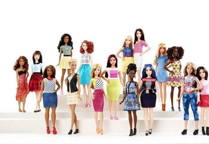 El cambio en la figura de la popular muñeca llegó hasta las portadas de revistas. Las muñecas se podrán encontrar en versión altas o pequeñas. (AP)