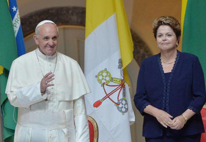 Fotografía tomada el pasado 22 de julio de la presidenta brasileña, Dilma Rousseff (der), al dar la bienvenida al Papa Francisco (izq), a su llegada a Río de Janeiro, Brasil. (EFE)