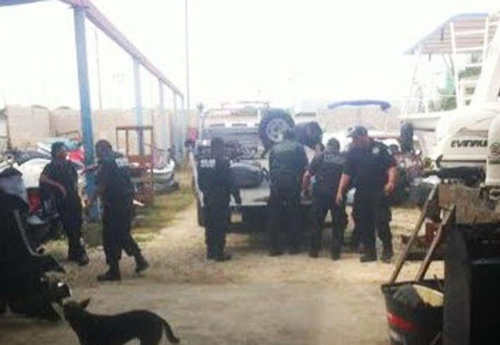Imágenes de la Policía Municipal de Progreso al momento del decomiso de los motores de lancha que fueron encontrados en el taller de reparación 'Eddy' en Progreso. (Milenio Novedades)