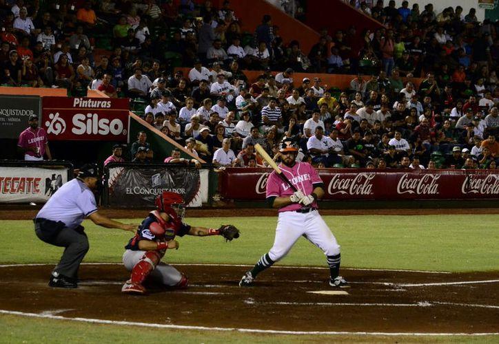 El bateo volvió a responderle a la hora buena a Leones: derrotó 4-2 a Rojos del Águila de Veracruz, en el parque Kukulcán. (Daniel Sandoval/SIPSE)