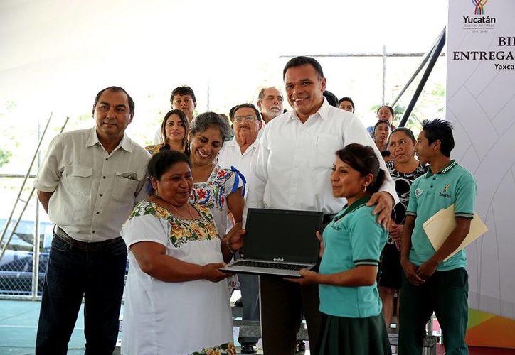 El Gobernador de Yucatán entregó laptops a estudiantes de Yaxcabá. (Milenio Novedades)
