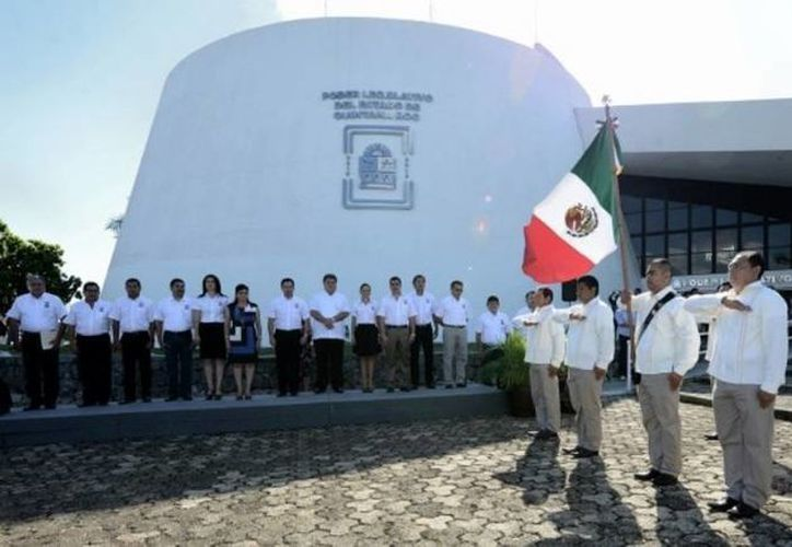 En el homenaje participaron empleados del Congreso del Estado y una banda de guerra. (Cortesía/SIPSE)