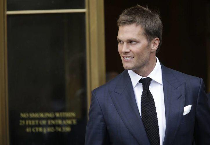 Tom Brady, de los Patriots de Nueva Inglaterra, llega a una corte federal en Nueva York, donde él y el comisionado de la NFL Roger Goodell se presentaron en una audiencia ante el juez sobre la controversia de balones desinflados. (AP)
