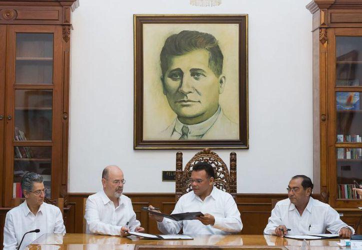 La firma del convenio entre el Gobierno del Estado y el INEE. (SIPSE)
