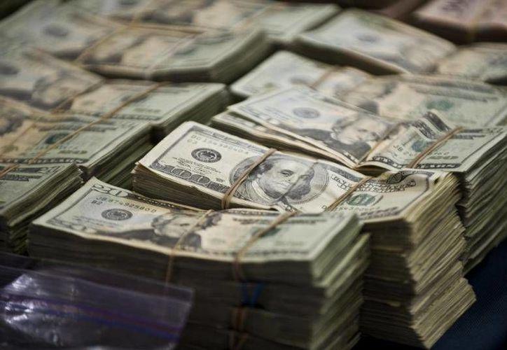 Los poco más de 3.3 millones de dólares confiscados se encontraban dentro de un vehículo frente a una lujosa residencia. (dialogo-americas.com)