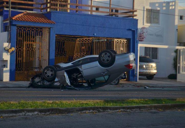 Volcadura en Pensiones. El responsable es un joven preparatoriano. (Fotos: Carlos Navarrete/SIPSE)