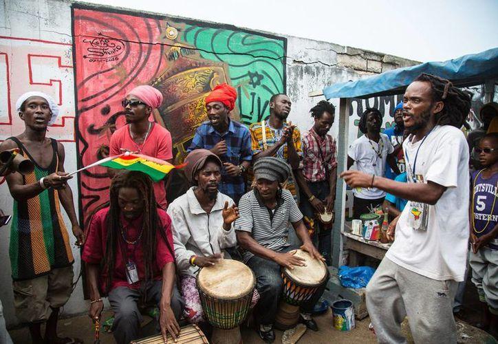 Los rastafaris de Costa de Marfil, muy devotos, viven en la orilla del mar, en la sombra que les proporcionan los cocoteros, y sus únicos ingresos provienen de sus actividades artesanales y musicales. (Notimex)